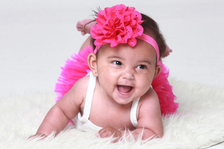 liggende foto lachende baby