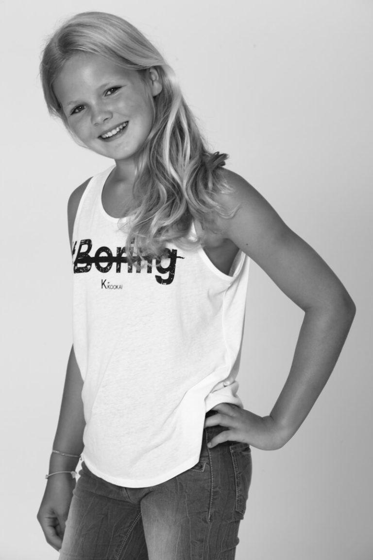 zwart-wit foto van meisje in fotostudio