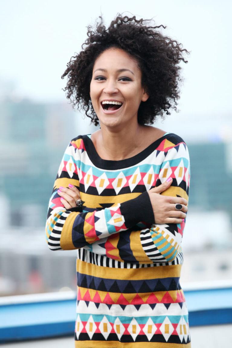 buitenshoot met lachend fotomodel in kleurig shirt