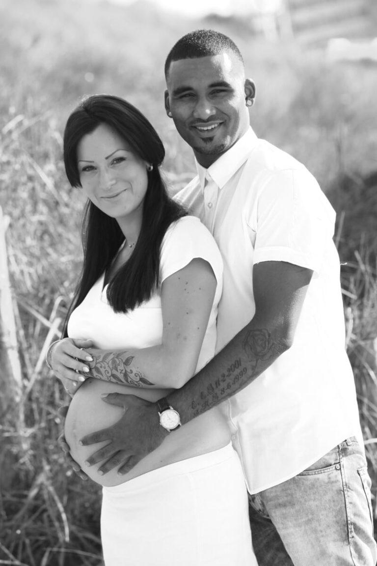 zwangerschaps foto handen op buik buiten